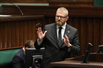Grzegorz Braun na mównicy sejmowej