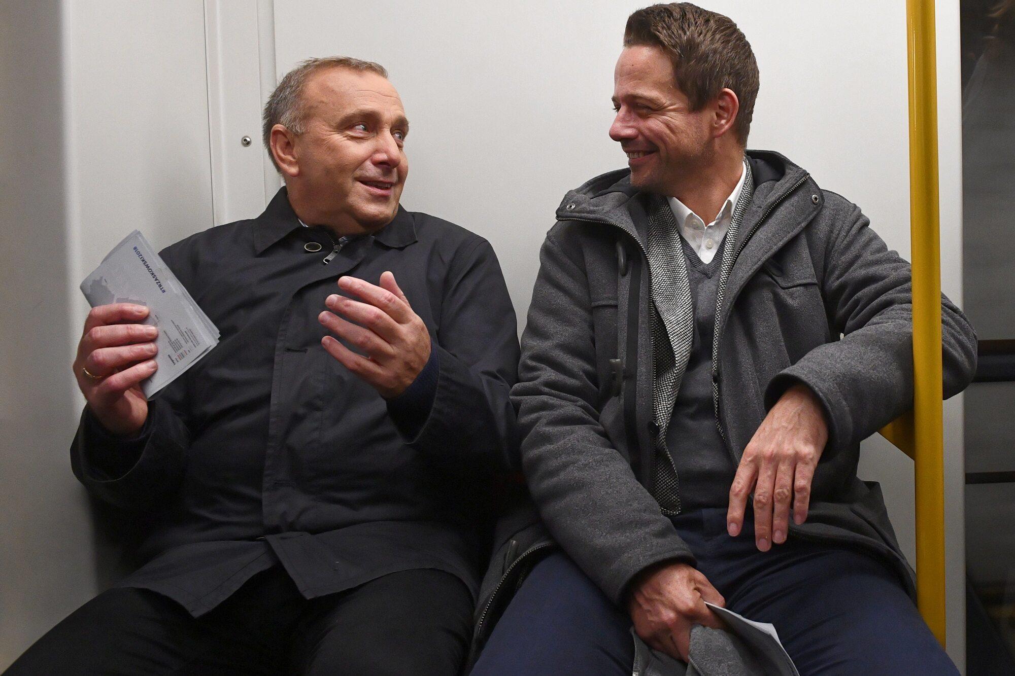 Grzegorz Schetyna i Rafał Trzaskowski w warszawskim metrze