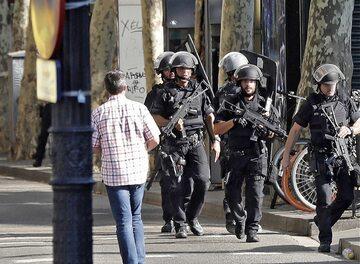 Hiszpańska policja na ulicach Barcelony