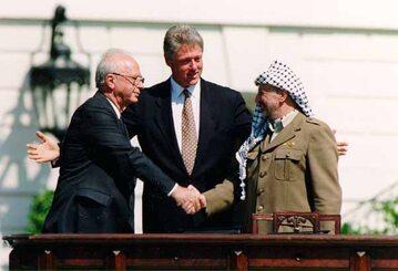 Icchak Rabin, Bill Clinton i Jasir Arafat po podpisaniu porozumienia pomiędzy Izraelem a Organizacją Wyzwolenia Palestyny, 13.09.1993.