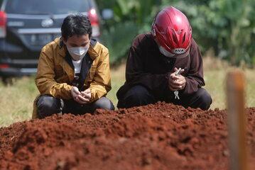Indonezja. Pogrzeb osoby zmarłej na COVID-19