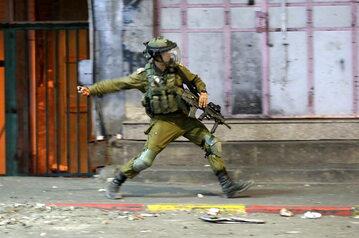 Izraelski żołnierz podczas zamieszek w Hebronie.