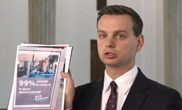 Jakub Kulesza z Konfederacji podczas konferencji prasowej w Sejmie