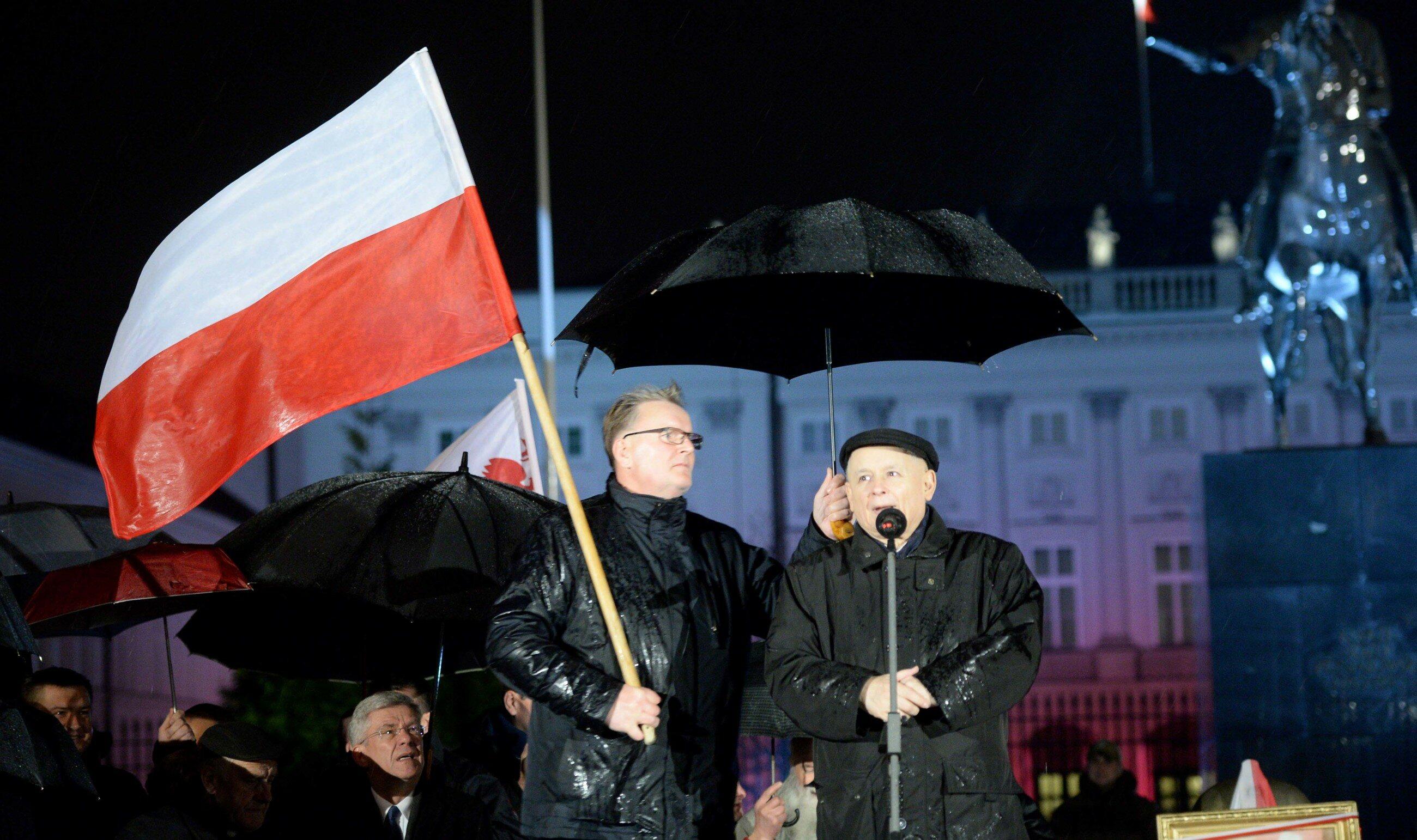 Jarosław Kaczyński przed Pałacem Prezydenckim w Warszawie w czasie 91. miesięcznicy smoleńskiej