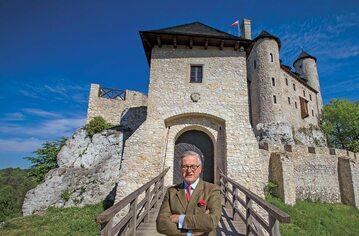 Jarosław W. Lasecki przed zrekonstruowanym zamkiem Bobolice
