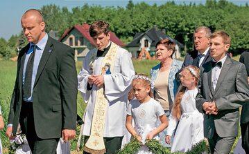 Jeden z synów Beaty Szydło – Tymoteusz (drugi od lewej, podczas uroczystości prymicyjnej z rodzicami) – jest księdzem. Drugi, student medycyny, starannie chroni swoją prywatność