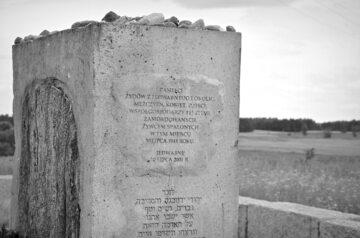 Jedwabne, fragment pomnika