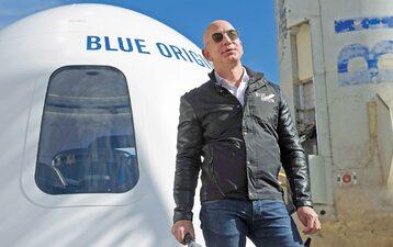 Jeff Bezos jest m.in. właścicielem udziałów w produkującej rakiety kosmiczne spółce Blue Origin, której celem jest umożliwienie ludziom prywatnych podróży kosmicznych