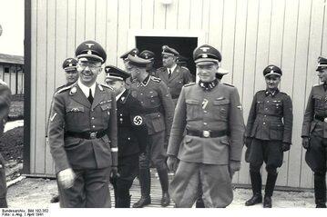 Josef Huber (w drzwiach) z Heinrichem Himmlerem i innymi oficerami SS w obozie koncentracyjnym Mauthausen-Gusen, czerwiec 1941 r.