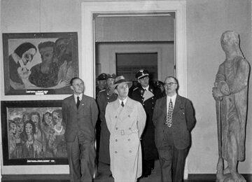 Joseph Goebbels (w środku) na Wystawie Sztuki Zdegenerowanej