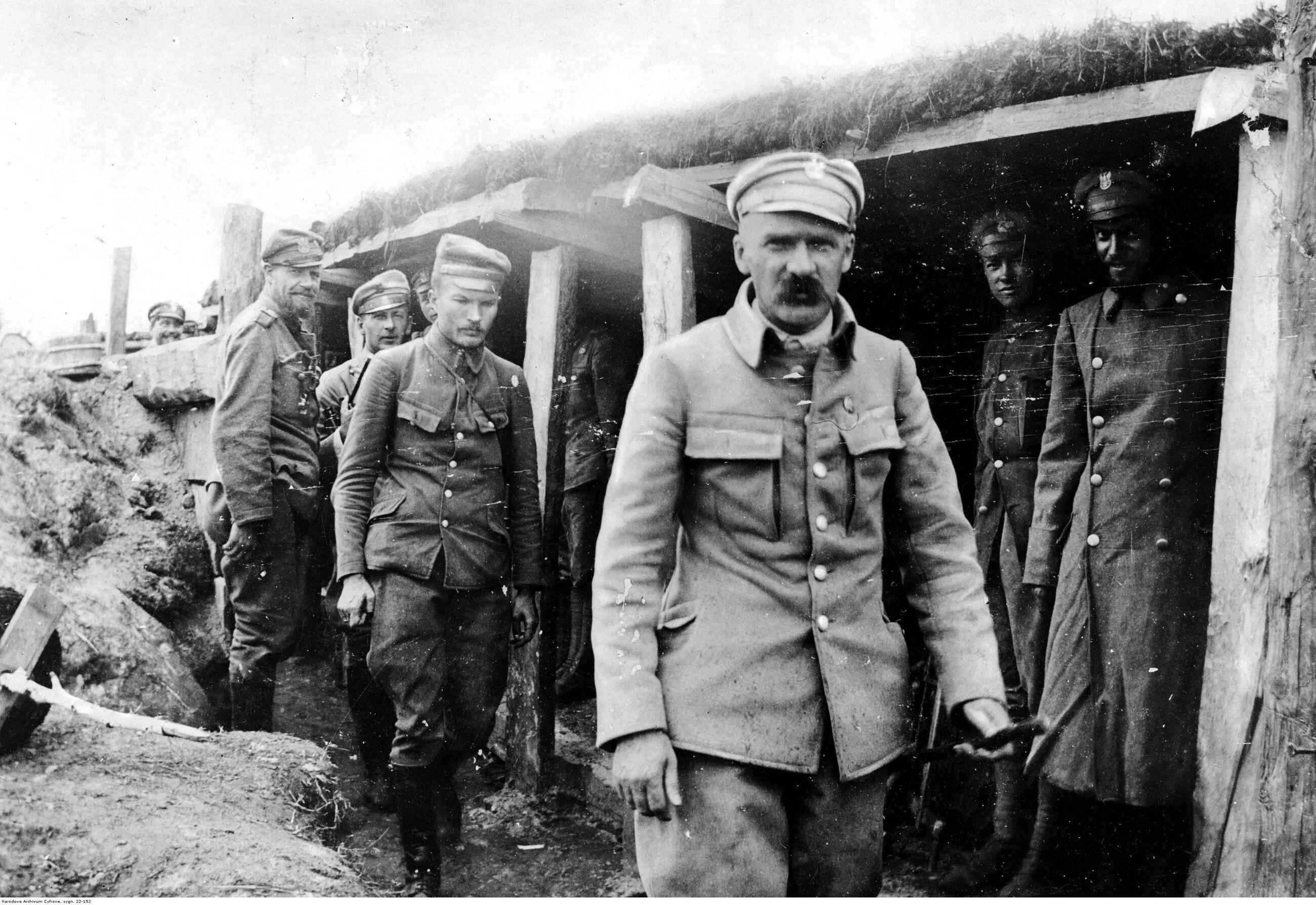 Józef Piłsudski w okopach 1 pułku piechoty Legionów Polskich. Widoczni także: major Albin Fleszar (4. z prawej) i porucznik Bolesław Długoszowski-Wieniawa (3 z lewej), sierpień 1916 r.