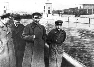 K. Woroszyłow, W. Mołotow, J. Stalin i N. Jeżow