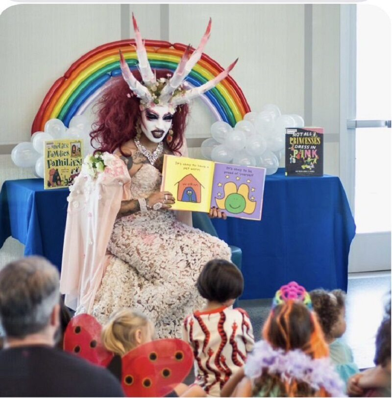 Kalifornia, drag queen czyta dzieciom