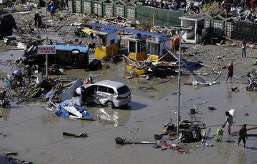 Kilkaset osób zginęło podczas piątkowego trzęsienia ziemi i w wyniku wywołanego tsunami na indonezyjskiej wyspie Sulawesi.