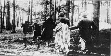 Kobiety prowadzone na egzekucję w Palmirach