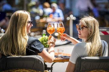Kobiety w ogródku restauracyjnym, zdjęcie ilustracyjne