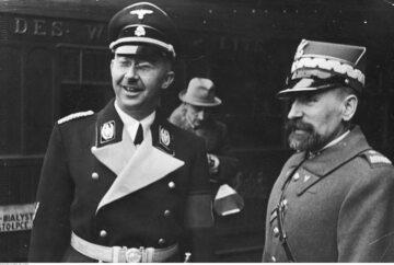 Komendant główny Policji Państwowej Kordian Zamorski wita Heinricha Himmlera na dworcu w Warszawie. Luty, 1939 r.