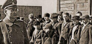 Komendant obozu karnego dla dzieci w Łodzi Strumbannführer SS Karl Ehrlich podczas przeglądu nowo przybyłych dzieci