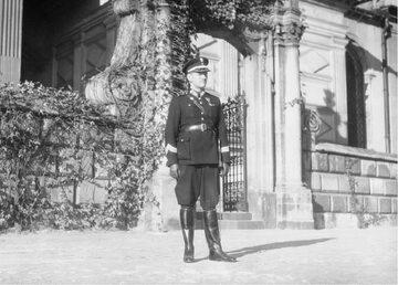 Komendant Policji Państwowej w Krakowie Aleksander Reszczyński przed katedrą na Wawelu.