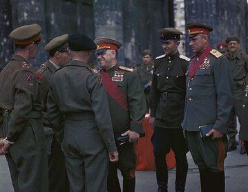 Konstanty Rokossowski (pierwszy z prawej) w Berlinie. W środku Gieorgij Żukow