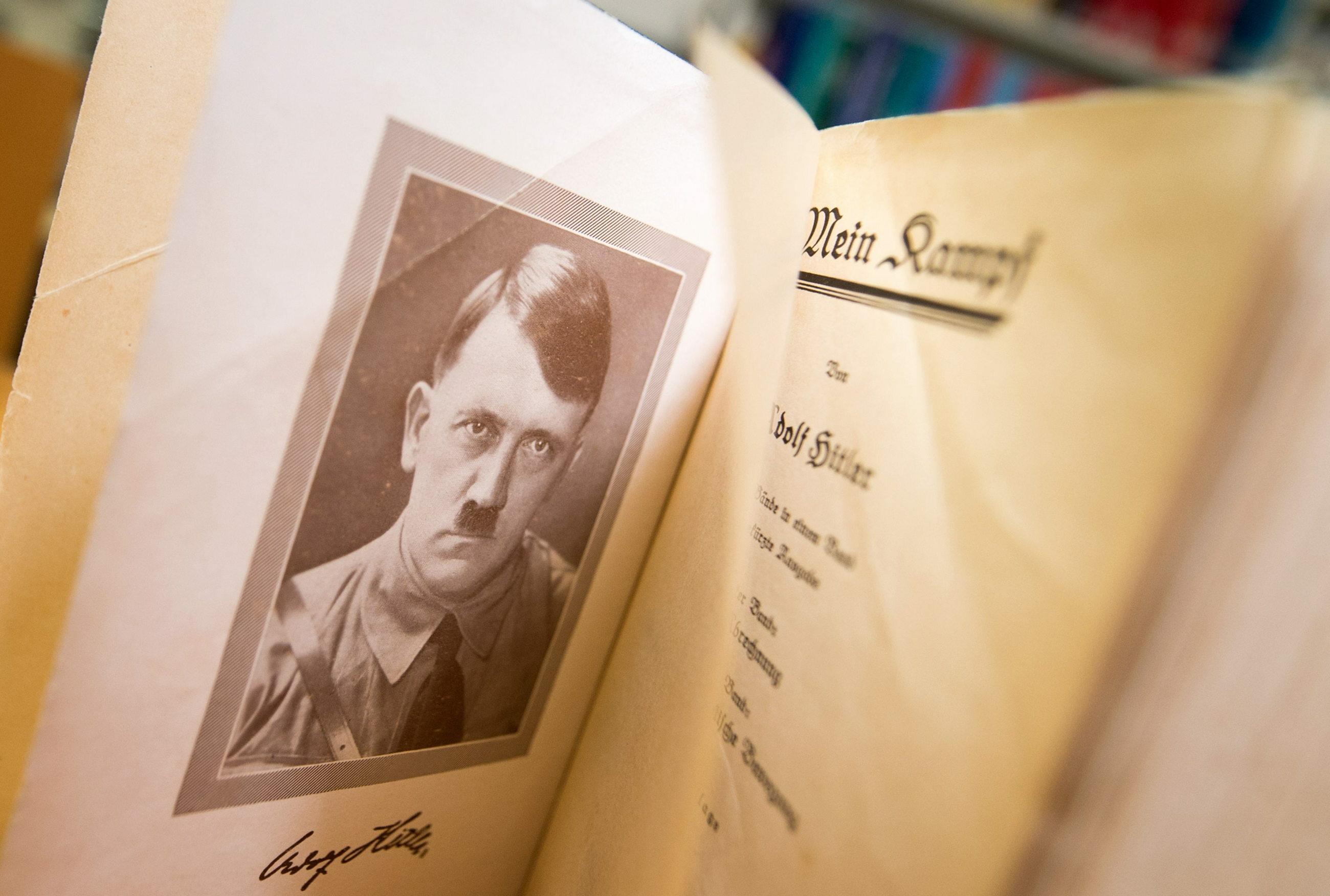 """Krytyczne wydanie """"Mein Kampf"""" Adolfa Hitlera stało się w Niemczech bestsellerem"""