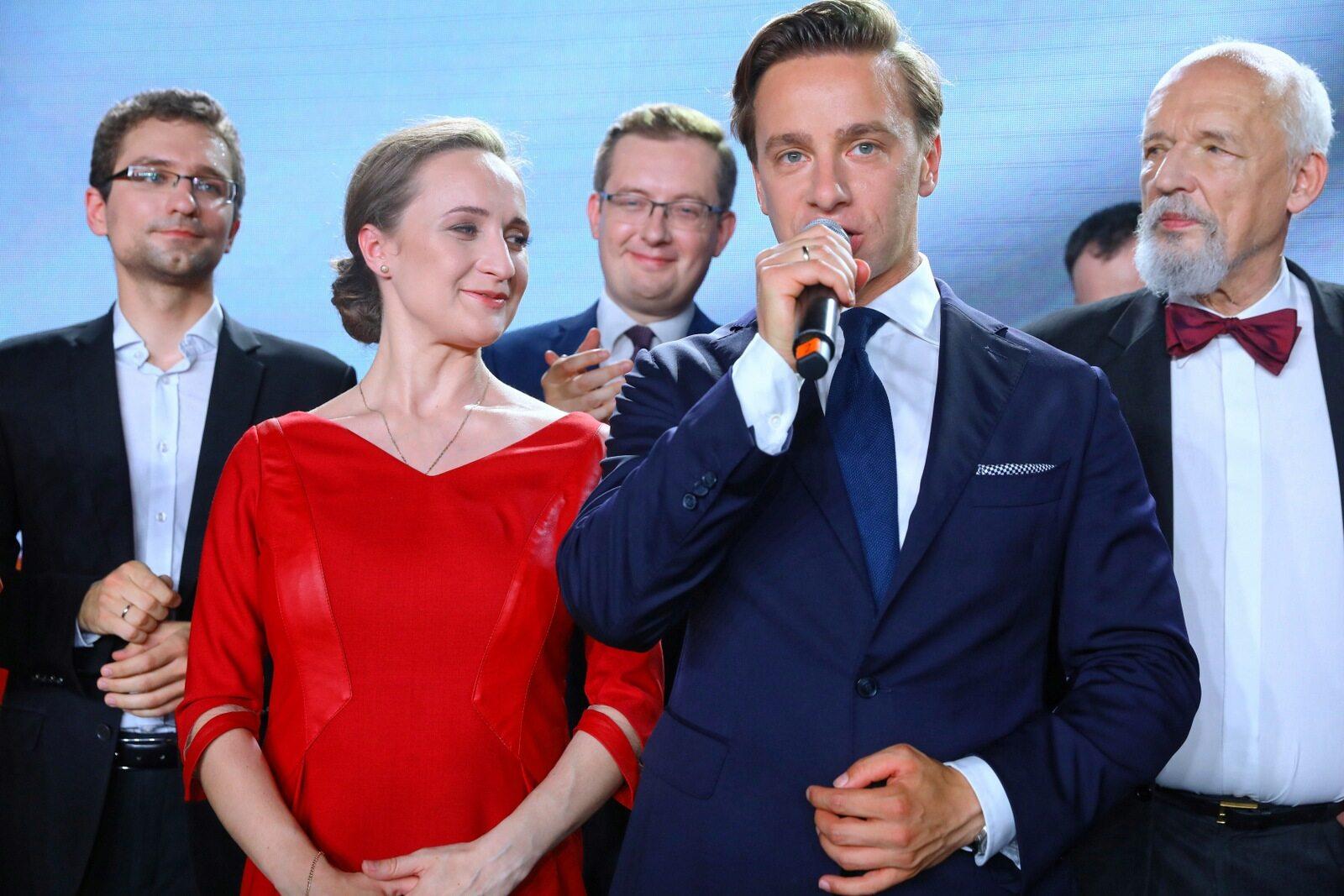 Krzysztof Bosak z żoną Kariną podczas wieczoru wyborczego. W tle Janusz Korwin-Mikke