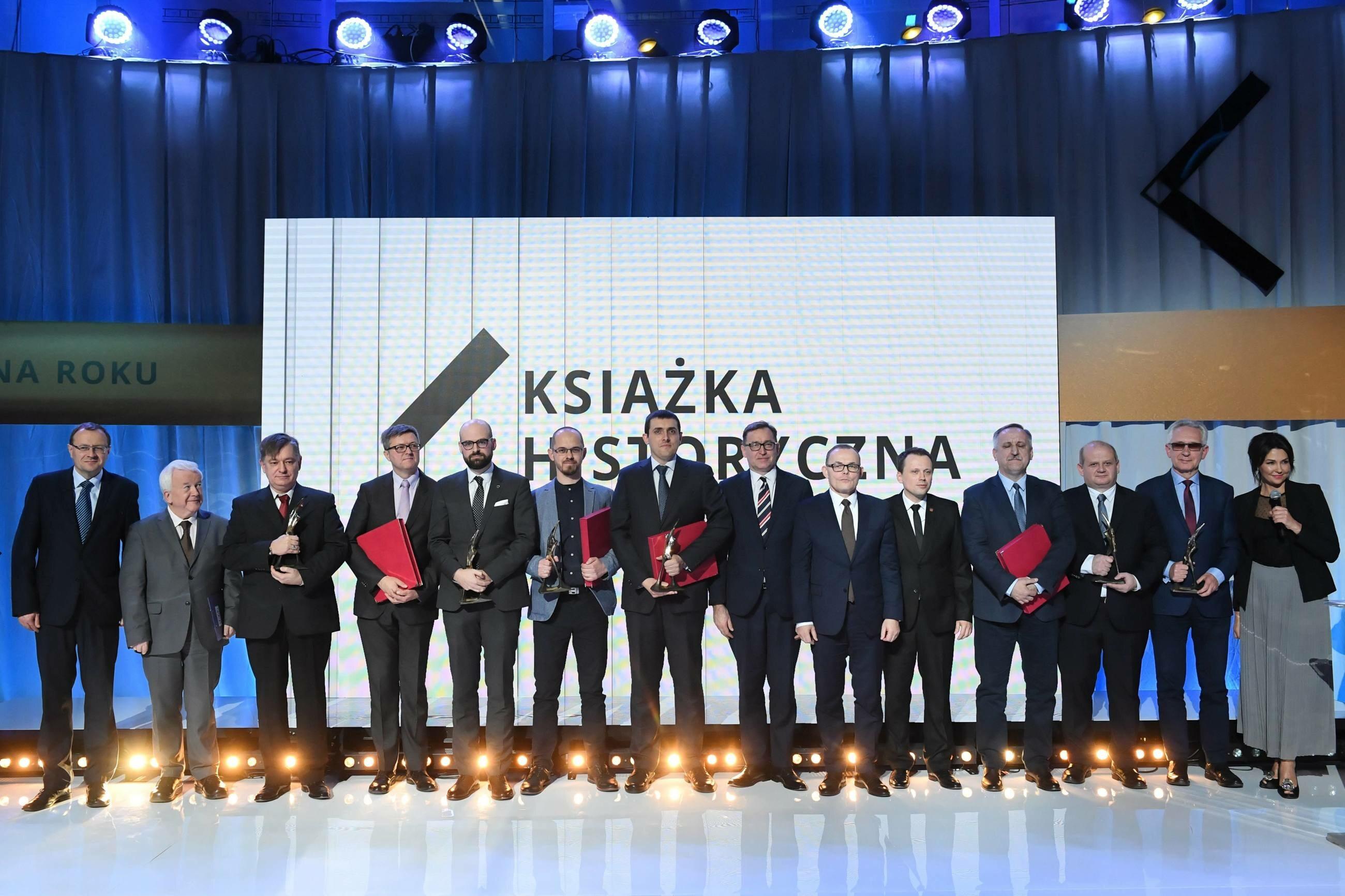 """Laureaci podczas gali rozstrzygnięcia konkursu """"Książka Historyczna Roku"""" im. Oskara Haleckiego"""