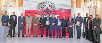 Laureaci VI edycji nagrody Strażnik Pamięci wraz z organizatorami