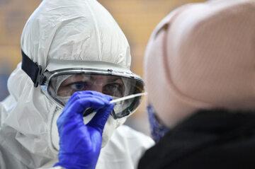 Lekarz podczas wykonywania testów wymazowych na obecność wirusa SARS-CoV-2, zdjęcie ilustracyjne