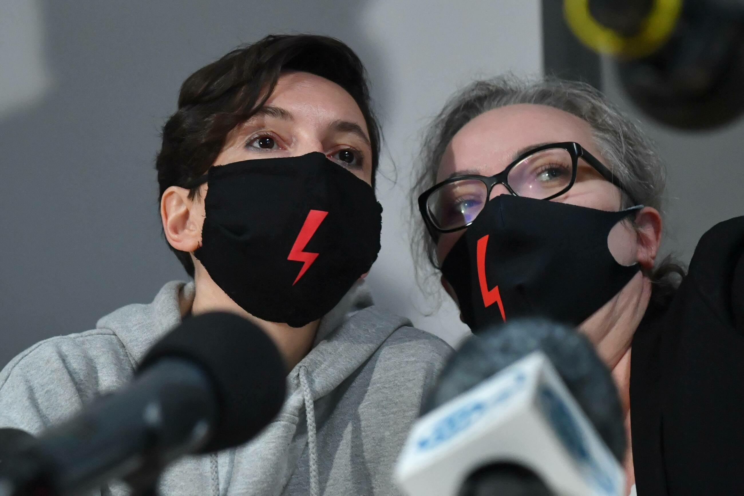 Liderki Ogólnopolskiego Strajku Kobiet Klementyna Suchanow (L) i Marta Lempart