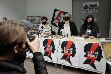 Liderki Ogólnopolskiego Strajku Kobiet Klementyna Suchanow (L), Marta Lempart (C) i Agnieszka Czerederecka