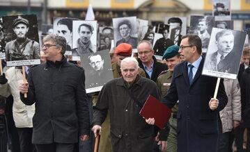 Listopad 2016. 90-letni żołnierz AK Wacław Szacoń ps. Czarny (C) idzie na czele marszu w ramach III Krakowskich Zaduszek za Żołnierzy Wyklętych
