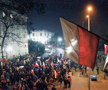 """Manifestacja KOD przed Sejmem w grudniu 2016 r. Później nazwano te działania """"ciamajdanem"""""""