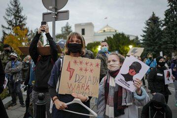 Manifestacja przed Sejmem w Warszawie