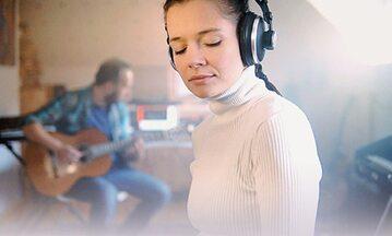 Maria Helena Żukowska pochodzi z Wrocławia, mieszka, pracuje i tworzy w Leeds.