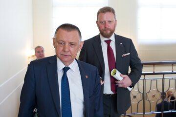 Marian Banaś w drodze na posiedzenie rządu. Za nim Łukasz Szumowski
