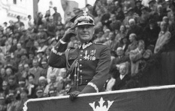 Marszałek Edward Rydz-Śmigły przyjmuje defiladę w Bydgoszczy, we wrześniu 1937 r.