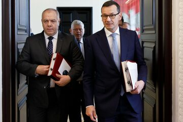Mateusz Morawiecki i Jacek Sasin na posiedzeniu rządu
