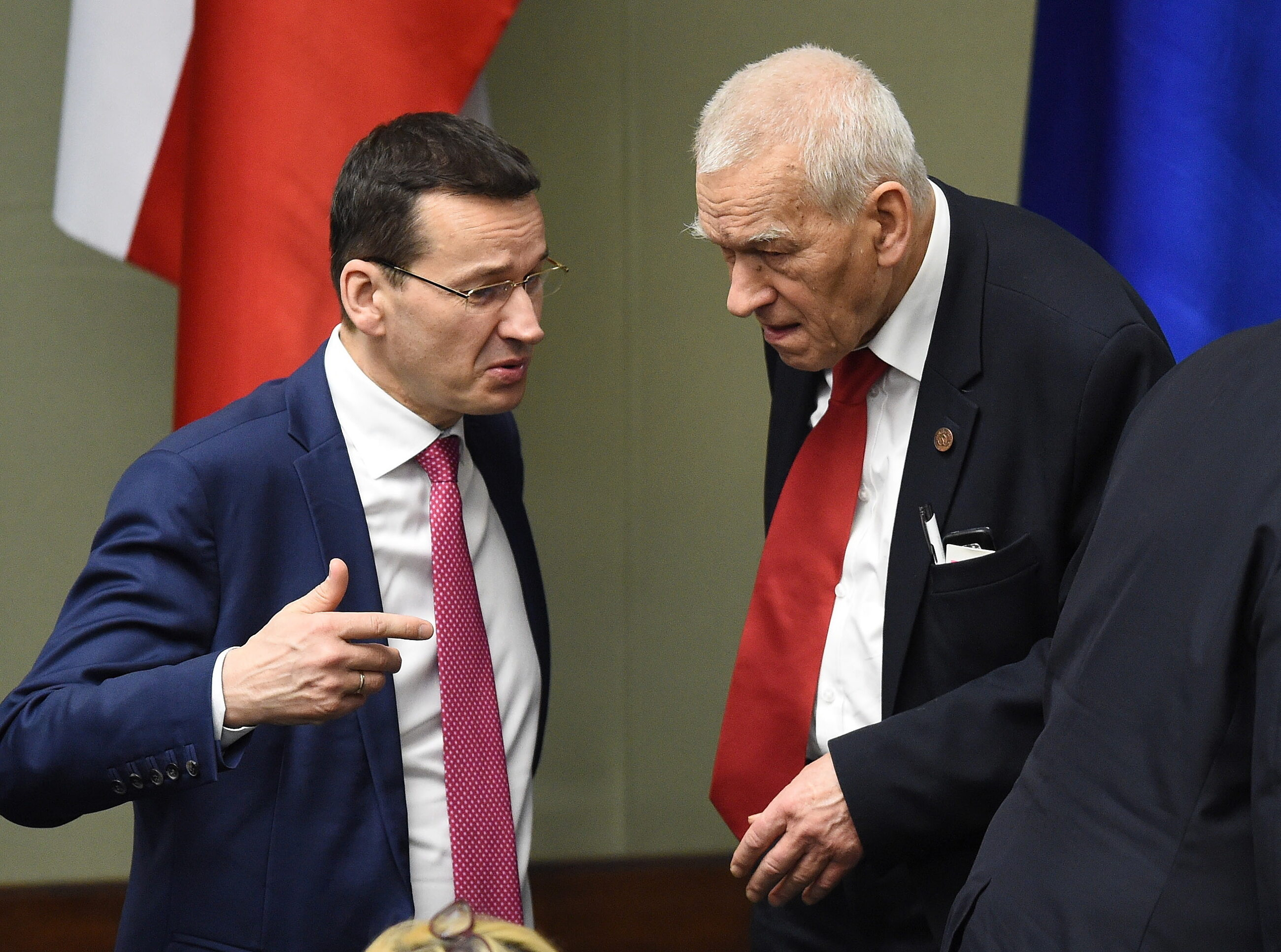 Mateusz Morawiecki i jego ojciec Kornel Morawiecki rozmawiają w Sejmie