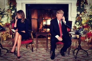 Melania i Donald Trump rozmawiają z dziećmi, które dzwonią do Dowództwa Obrony Północnoamerykańskiej Przestrzeni Powietrznej i Kosmicznej z prośbą o zlokalizowanie, w którym miejscu znajduje się święty Mikołaj