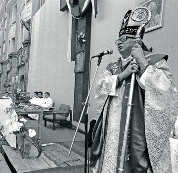 Metropolita wrocławski abp Henryk Gulbinowicz podczas mszy polowej we Wrocławiu w 1981 r.