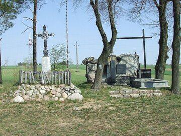 Miejsce pamięci o bitwie u podnóża Góry Strękowej z elementem schronu użytego podczas obrony Wizny