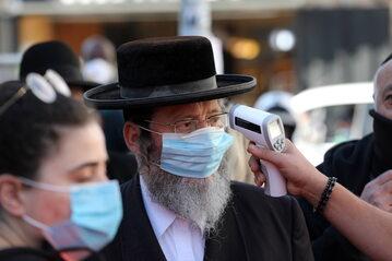 Mierzenie temperatury ciała w Izraelu, zdjęcie ilustracyjne