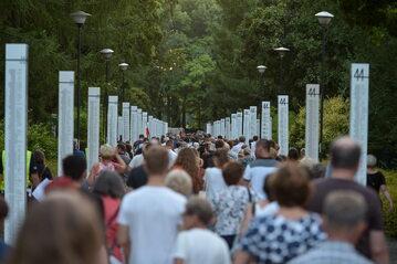 Mieszkańcy Warszawy przeszli w Marszu Pamięci na cmentarz Powstania Warszawskiego, by upamiętnić cywilne ofiary powstania