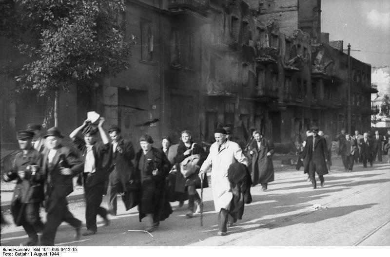 Mieszkańcy Woli pędzeni ulicą Wolską. Sierpień 1944 r. Bundesarchiv, Bild 101I-695-0412-15 / Gutjahr