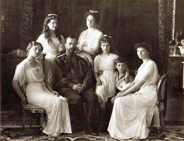 Mikołaj II z żoną i dziećmi. Rok 1913.