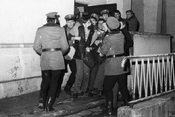 """Milicjanci usuwają protestujących działaczy bydgoskiej """"Solidarności"""", 19 marca 1981 r."""