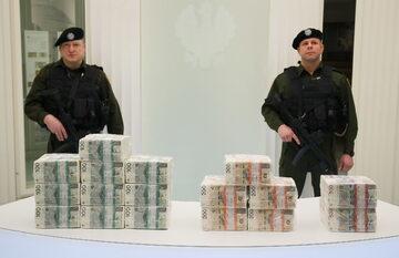 Milion złotych w różnych banknotach