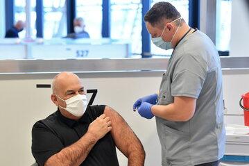 Minister finansów Tadeusz Kościński podczas szczepienia przeciw COVID-19