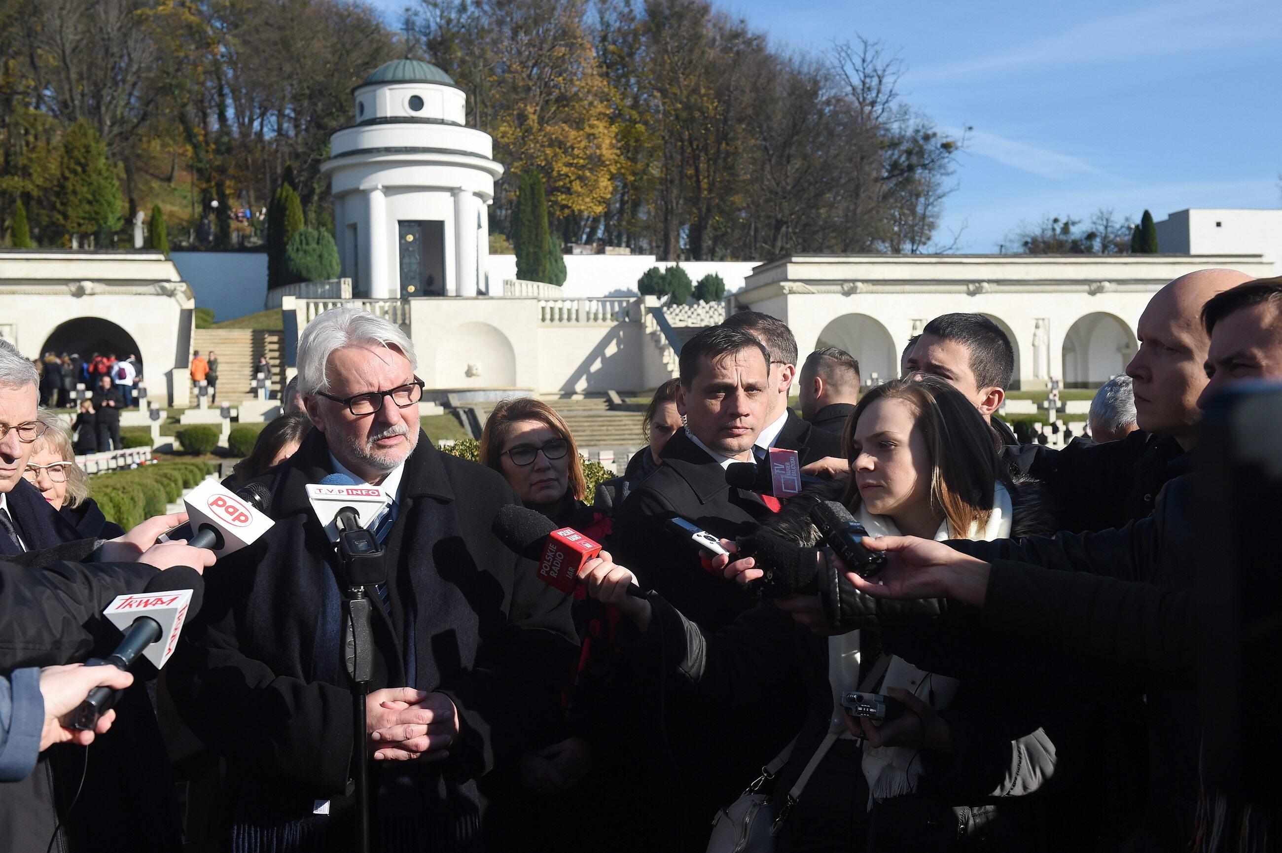Minister spraw zagranicznych Witold Waszczykowski (L) podczas konferencji prasowej na Cmentarzu Łyczakowskim we Lwowie